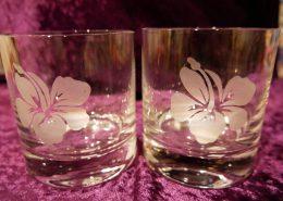 Wassergläser mit Hawaii Blumen