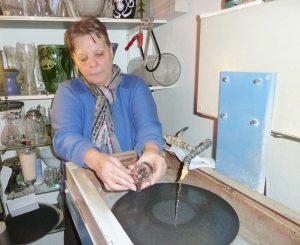 Arbeit an der Schleifmaschine